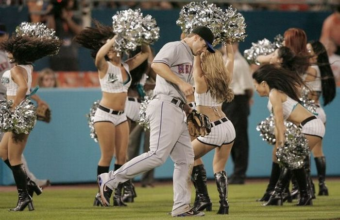 The Hottest MLB Cheerleaders (33 pics)