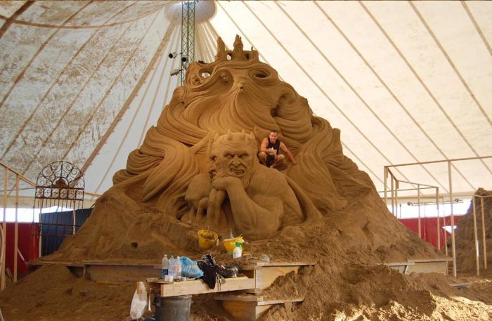 The Making of an Amazing Sand Sculpture (16 pics)