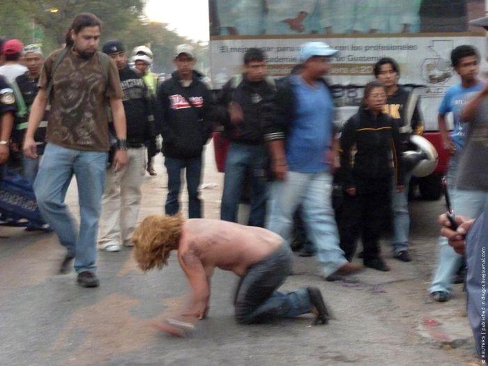Lynching in Guatemala (3 pics)