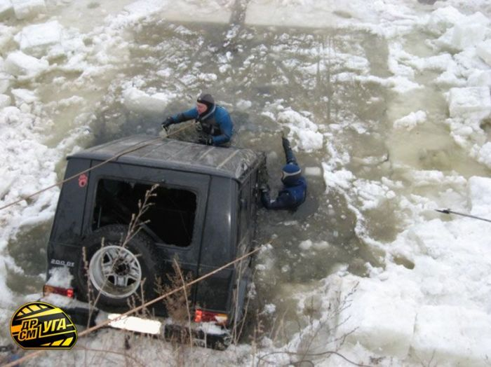 Pulling Mercedes-Benz G-Class Out of a Frozen River (8 pics)