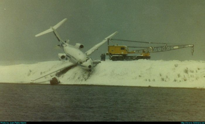 Close Call for the Plane (3 pics)