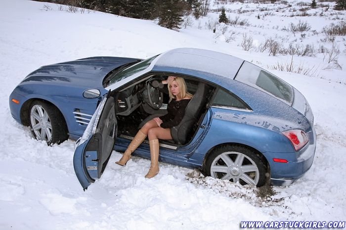 Girls on winter roads (36 pics)