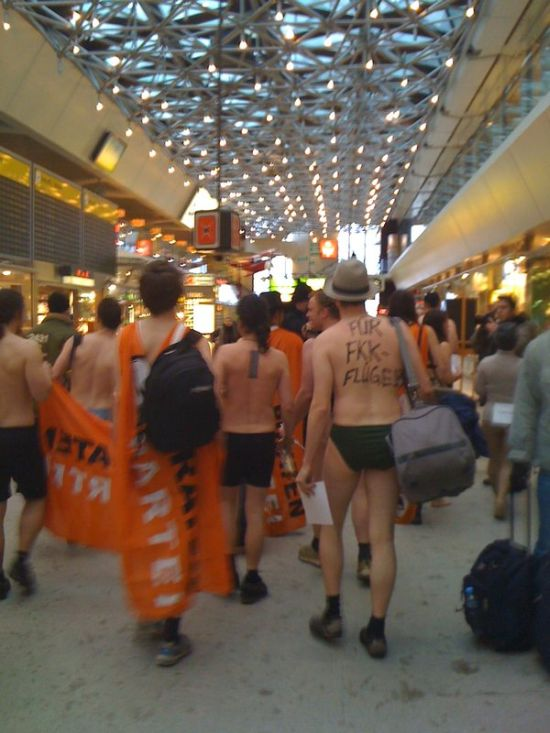 Flash mobs at German airports (34 pics)