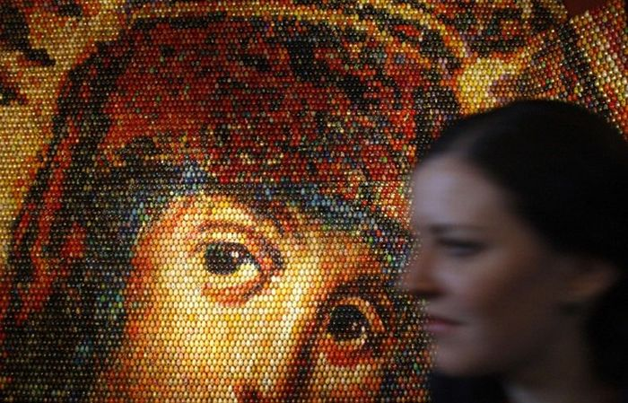 A Mosaic of the Virgin Mary Made from 15,000 Painted Easter Eggs (4 pics)