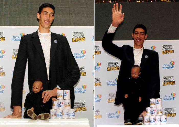 When the Tallest Man in the World Meets the Shortest (10 pics)