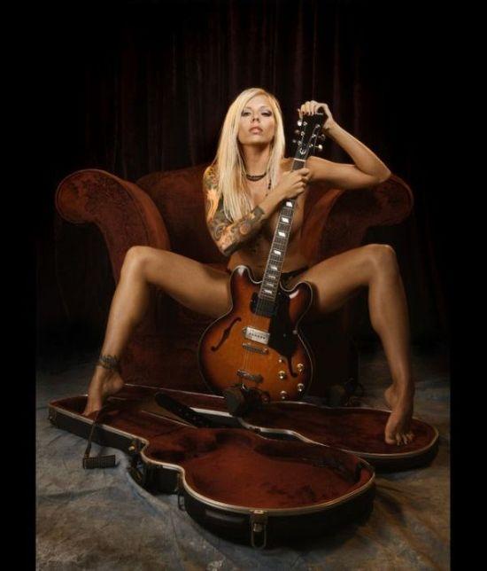 голые с музыкальными инструментами фото