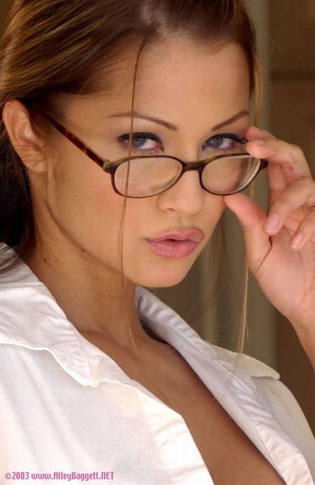 Sexy Girls Look Even Sexier Wearing Glasses (67 pics)