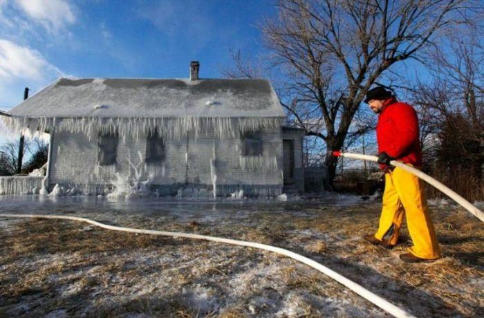Frozen  House (8 pics)