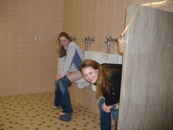 Girls in Men's Room (53 pics)