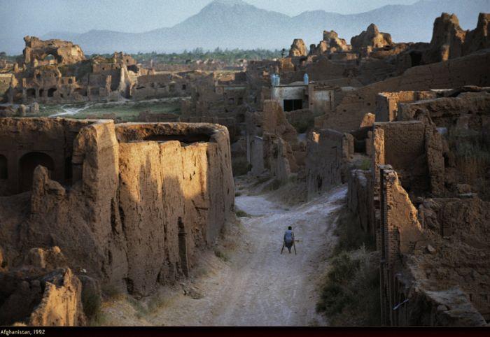 WAR by Steve McCurry (33 pics)