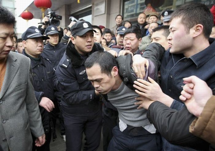 Chinese Drug Addict Took His Sister-in-Law as Hostage (3 pics)