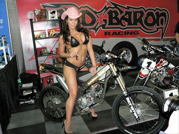 Hot Girls on Bikes (25 pics)
