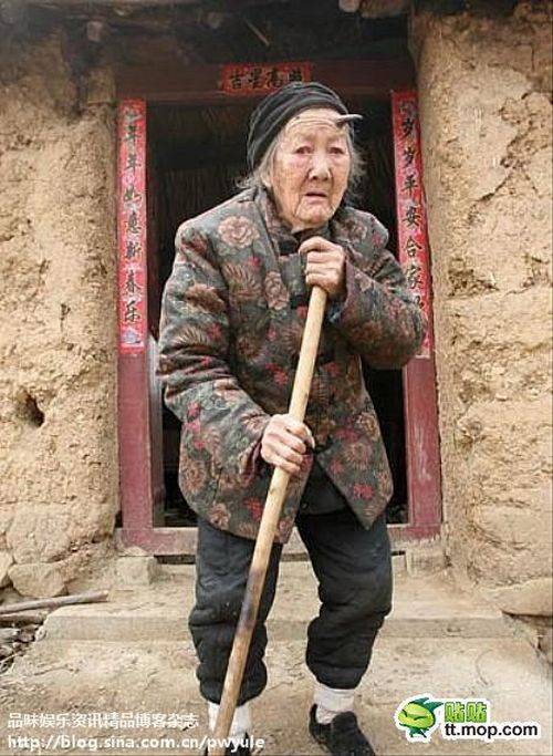 Chinese Woman with a Horn on Her Head (9 pics)
