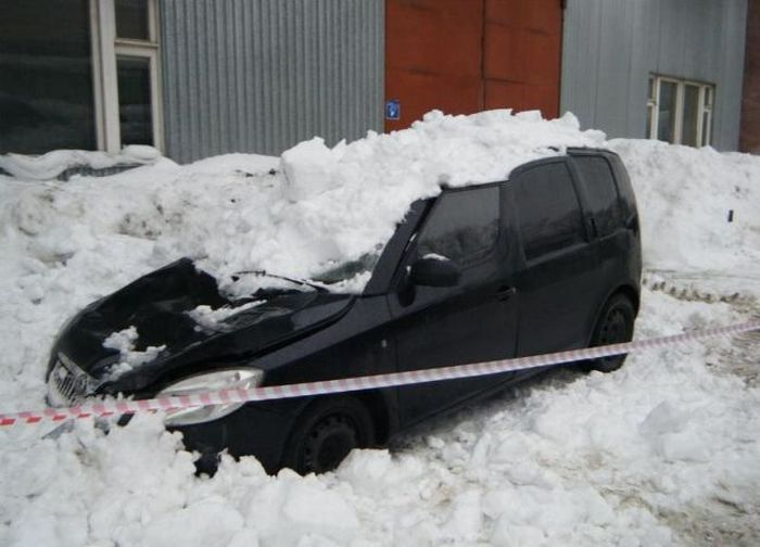 Cars Destroyed by Snow in Russia (12 pics)