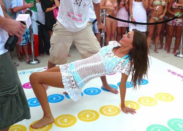 Sexy Girls Playing Twister (20 pics)