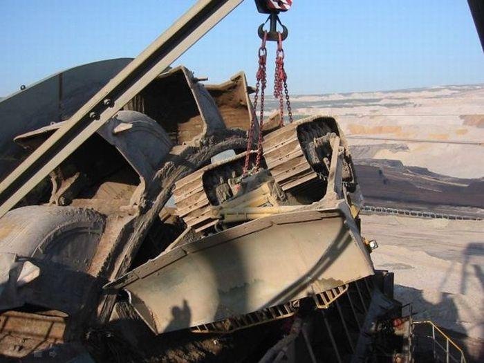 Bucket Wheel Excavator vs Caterpillar D8R Dozer (19 pics)