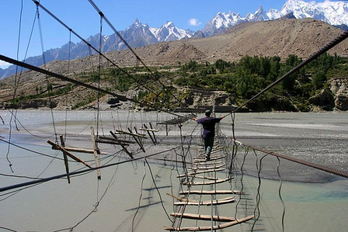 Hussaini Hanging Bridge (6 pics)