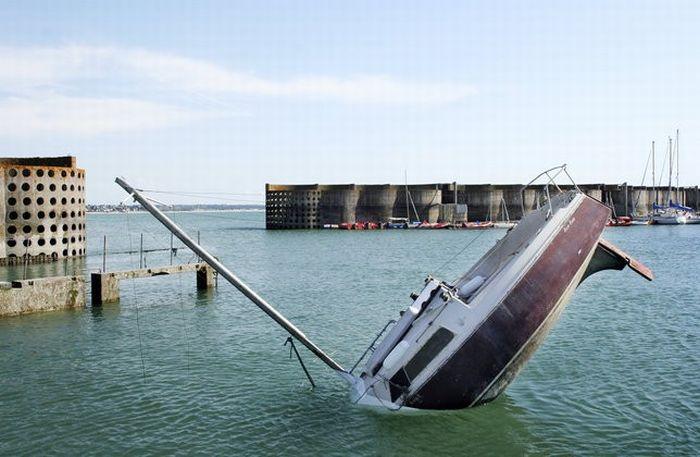 Sunken Yacht? (9 pics)