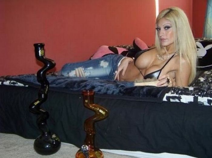 Girls with Weed (82 pics)