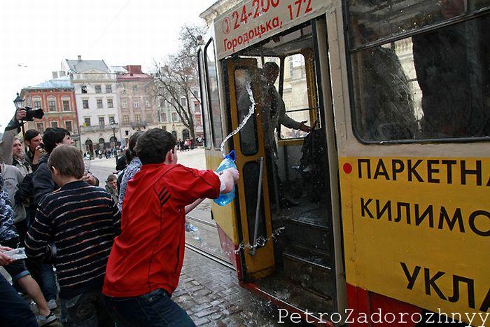 Wet Monday in Lviv (25 pics)