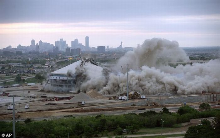 The Demolition of the Texas Stadium (10 pics + video)