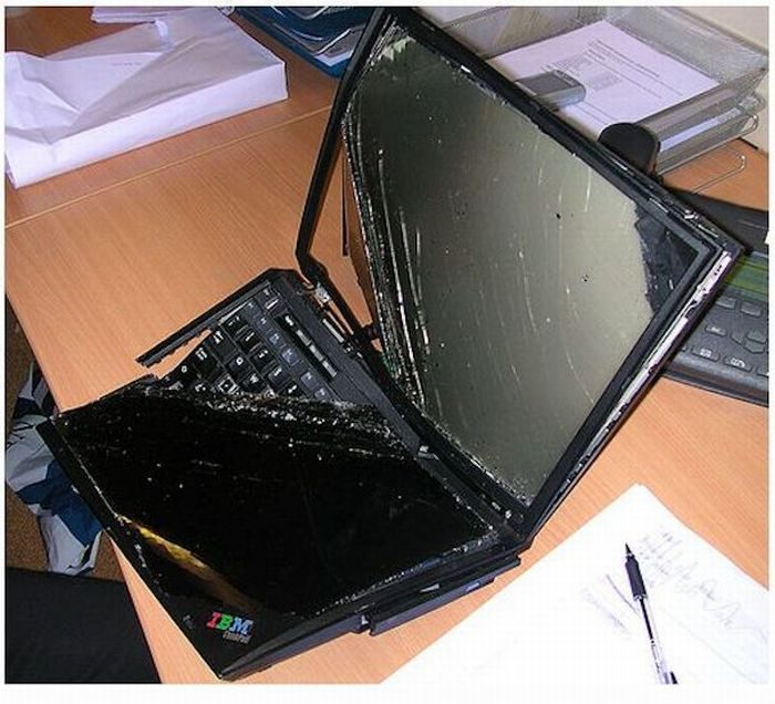 Trashed Laptops (15 pics)