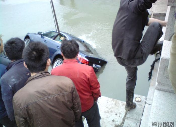 Drowned Car in China (9 pics)