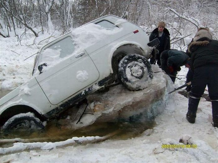 Ice Driving Fail (5 pics)