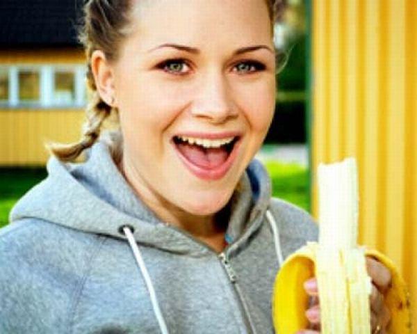 Girls Eating Bananas (18 pics)