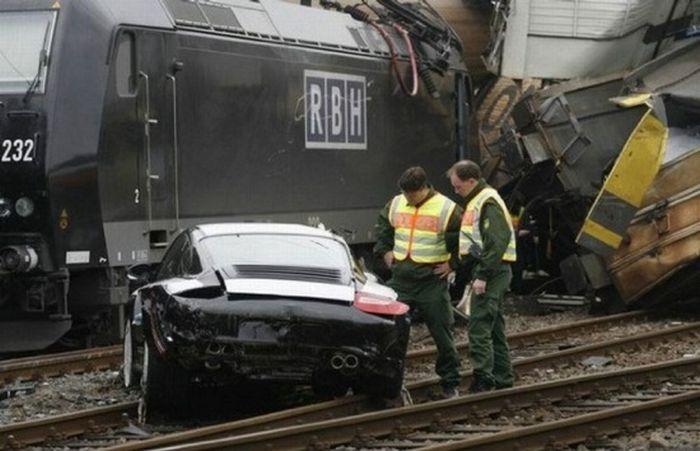 Porsche Train Crash (7 pics)