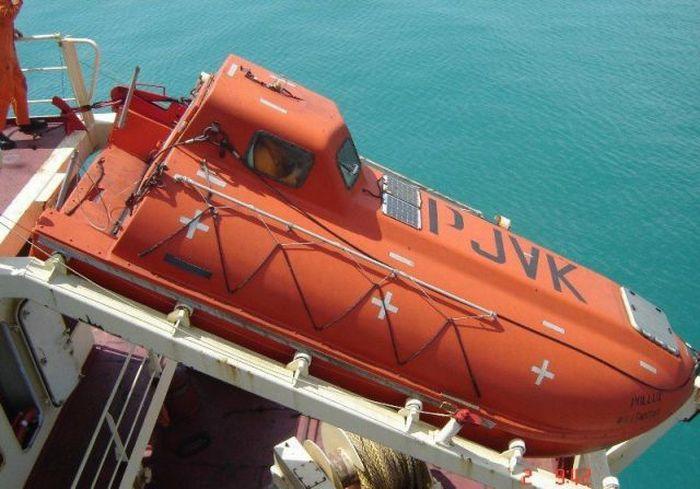 Free Fall Lifeboat Training (7 pics)