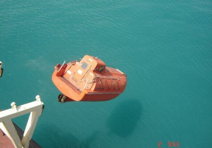Free Fall Lifeboat Training (7 pics)