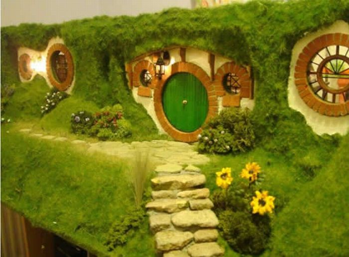 Hobbit House Replica (16 pics)