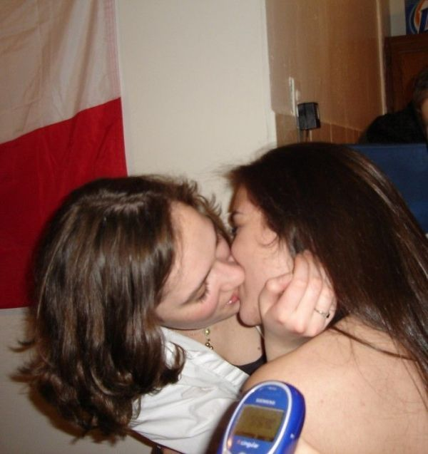 Girls Kissing Each Other (33 pics)