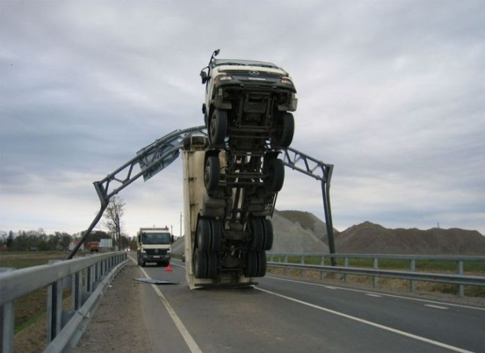 How to Destroy a Truck in the Most Stupid Way (6 pics)