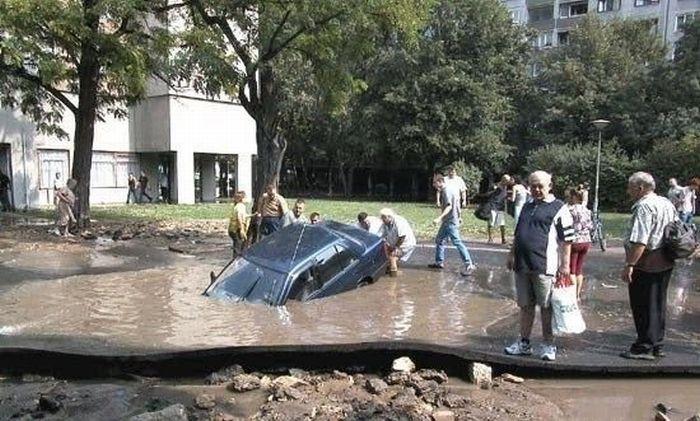 Drowning Car (10 pics)