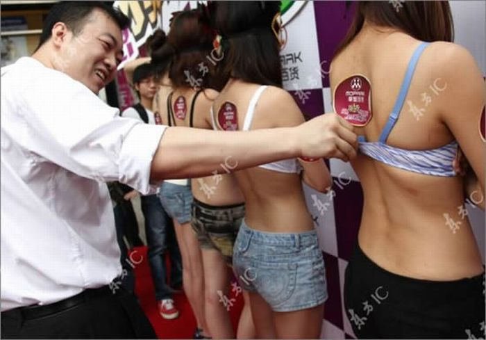 Bra Untying Contest is Won by a Woman (8 pics)