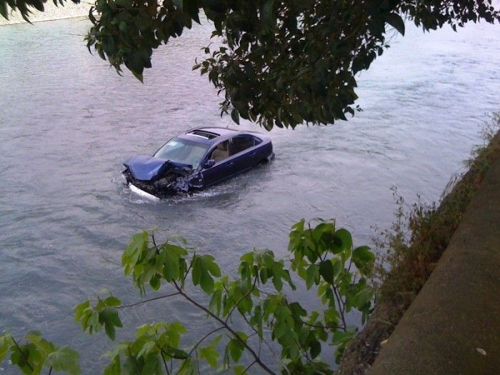 Car in the River (7 pics)
