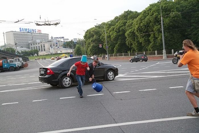 A Crazy Man in Blue Pail Jumps on a Car (7 pics)