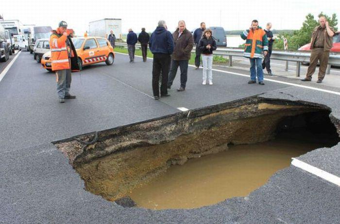 A Giant Sinkhole (6 pics)