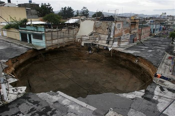 A Giant Sinkhole or Gates to Hell in Guatemala (11 pics)