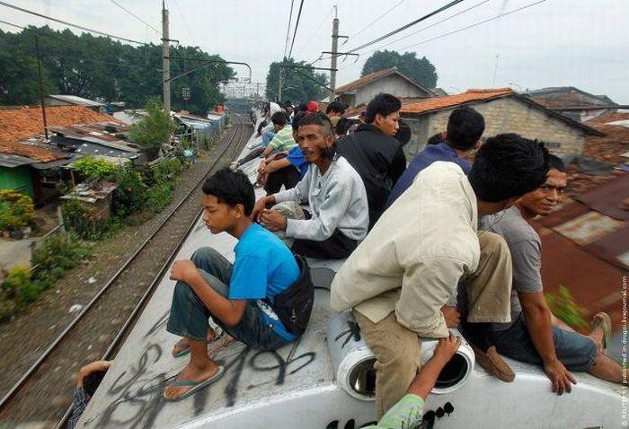 Crowded Trains in Jakarta (26 pics)