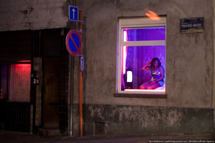 Red Light Districts of Brussels and Amsterdam (39 pics)