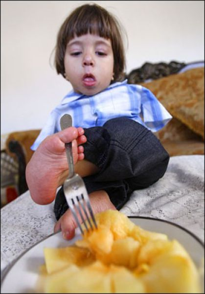 Ali Srour, Boy Who Uses Feet Instead of Hands (14 pics)