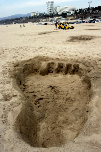A Beach Prank. Huge Footprints (4 pics)