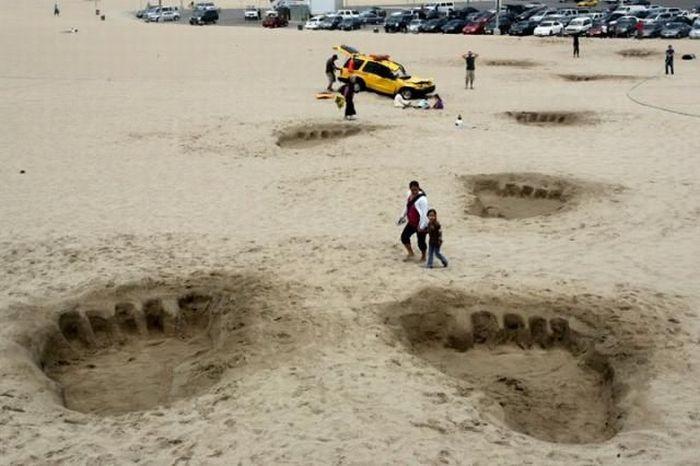 A Beach Prank. Huge Footprints (4 pics)