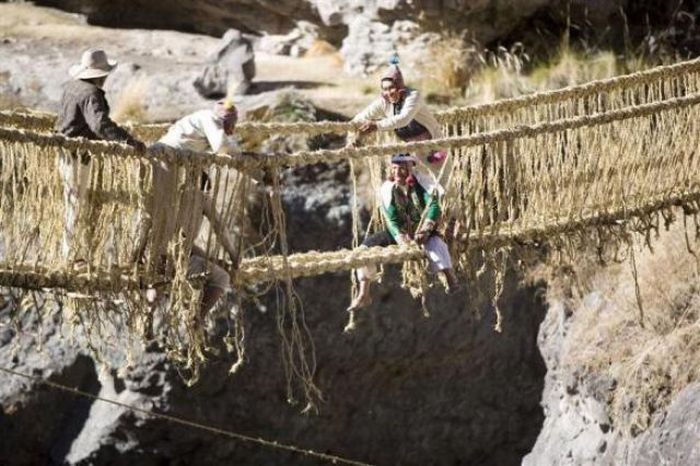 Hanging Qeswachaka Bridge in Peru Made Out of Grass (15 pics)