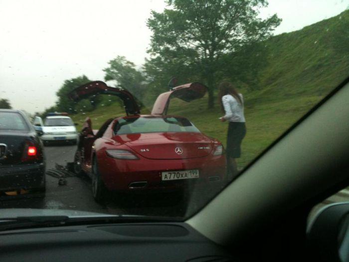 A Brand-New Mercedes SLS AMG Crash (2 pics)