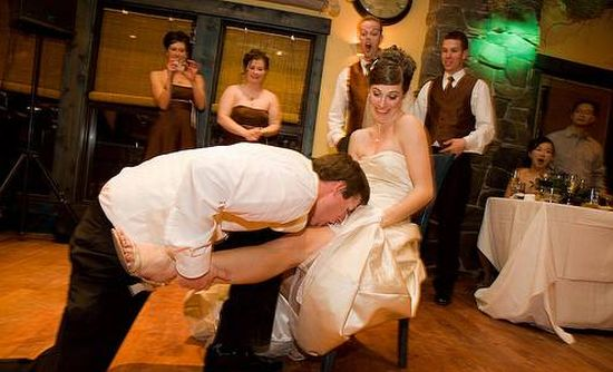 Funny Garter Removal Situations (26 pics)