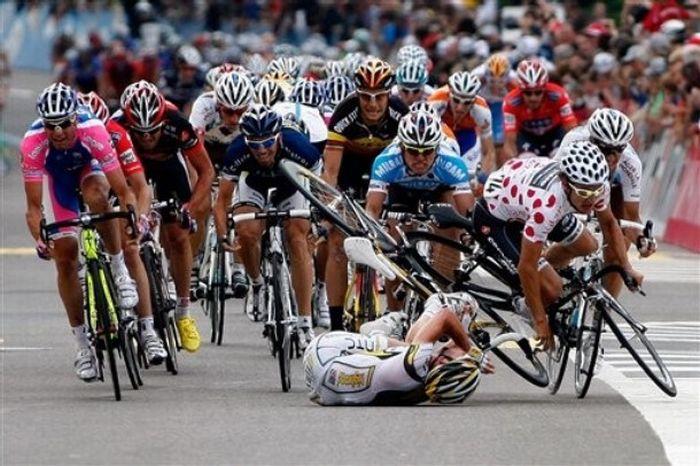 2010 Tour de Suisse Stage 4 Crash (10 pics + video)